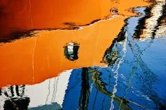 Barco reflejado del puerto Fotos de archivo libres de regalías