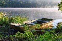 Barco a remos com névoa imagem de stock