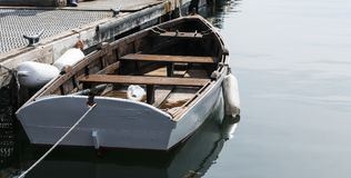 Barco a remos de madeira entrado no porto Maine da barra Foto de Stock Royalty Free