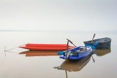 Barco a remos para pescar o estacionamento no lago Fotografia de Stock Royalty Free