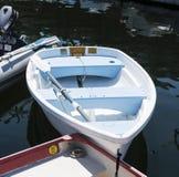 Barco a remos pequeno amarrado a outros barcos em Maine imagens de stock royalty free