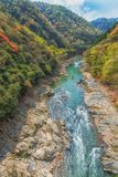 Barco a remos que viaja no rio Kyoto Japão de Arashiyama foto de stock royalty free