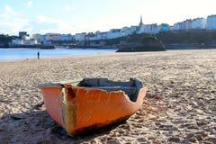 Barco reventado, sentándose en la playa fotos de archivo libres de regalías