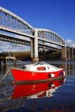 Barco rojo en la bahía con el puente ferroviario, Plymouth Fotos de archivo