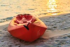 Barco rojo en la playa Imágenes de archivo libres de regalías