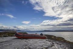 Barco rojo inflable por el mar imagen de archivo libre de regalías