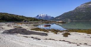 Barco rojo inflable, y la montaña con nieve en el top fotos de archivo