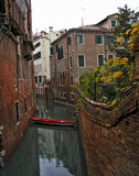 Barco rojo Venecia Italia Fotografía de archivo