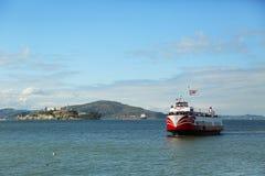 Barco rojo y blanco de la flota en San Francisco Imagen de archivo