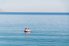 Barco romántico del catamarán en el nuevo mundo (Novyi Svit en ucraniano), Crimea, Ucrania en la puesta del sol Imagen de archivo