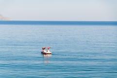 Barco romântico do catamarã no mundo novo (Novyi Svit no ucraniano), Crimeia, Ucrânia no por do sol imagem de stock