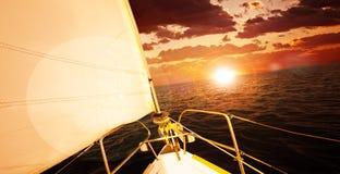 Barco romântico do por do sol e de vela Fotos de Stock Royalty Free
