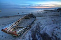 Barco roto abandonado viejo en el mar. Imagenes de archivo