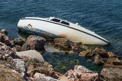 Barco roto clavado a la orilla imagen de archivo libre de regalías