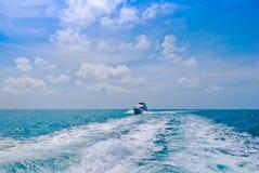 Barco running no mar imagem de stock royalty free