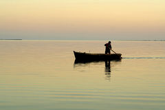 Barco só e nascer do sol bonito fotografia de stock