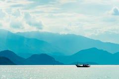 Barco só no mar imagens de stock