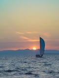 Barco só no por do sol Fotografia de Stock Royalty Free