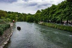 Barco só no rio azul fotografia de stock