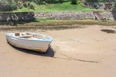 Barco só pequeno ancorado na areia do rio Etapas que conduzem para baixo para encalhar Fotos de Stock