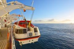 Barco salva-vidas da segurança fora da plataforma Fotografia de Stock