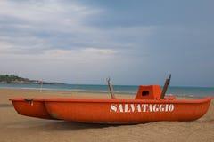 Barco salva-vidas na praia Imagens de Stock