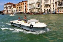 Barco Servizio Postale en Venecia, Italia Foto de archivo