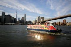 Barco Sightseeing da cidade sob a ponte de Brooklyn Imagens de Stock