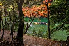 barco a signtseeing Arashiyama en la caída Imagen de archivo libre de regalías