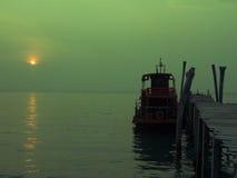 Barco sob o grupo do sol Imagens de Stock Royalty Free