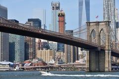 Barco sob a ponte de Brooklyn Foto de Stock