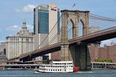 Barco sob a ponte de Brooklyn Fotos de Stock Royalty Free