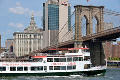 Barco sob a ponte de Brooklyn Imagem de Stock
