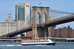 Barco sob a ponte de Brooklyn Foto de Stock Royalty Free