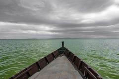 Barco sobre Albufera e a skyline nebulosa, Espanha fotografia de stock