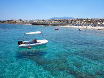 Barco sobre el agua clara en la costa de Creta, Grecia Imagen de archivo libre de regalías