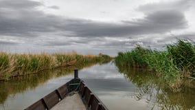 Barco sobre o canal em Albufera, Espanha foto de stock