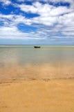 Barco solitario en horizonte Fotografía de archivo libre de regalías