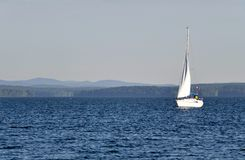 Barco solo en el lago Fotografía de archivo