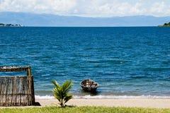 Barco solo en el lago Tanganica Fotos de archivo