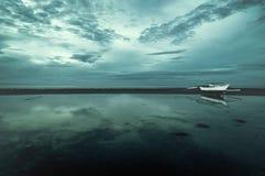 Barco solo en el mar Fotos de archivo libres de regalías
