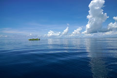 Barco solo en el mar abierto con el cielo azul imágenes de archivo libres de regalías