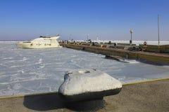 Barco solo en el medio de los amarres congelados Fotografía de archivo libre de regalías