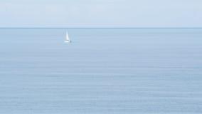 Barco solo en el océano Imagen de archivo libre de regalías