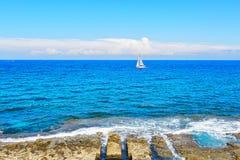 Barco solo en el océano Fotos de archivo libres de regalías