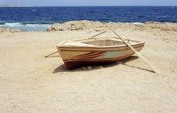 Barco solo en la costa Fotos de archivo