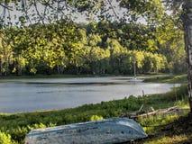 barco solo en la orilla Foto de archivo