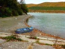 Barco solo en la playa Foto de archivo