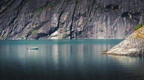 Barco solo en las aguas tranquilas en Noruega imagen de archivo libre de regalías