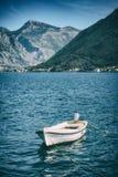 Barco solo en un agua en una bahía de Boka Kotor Imagen de archivo